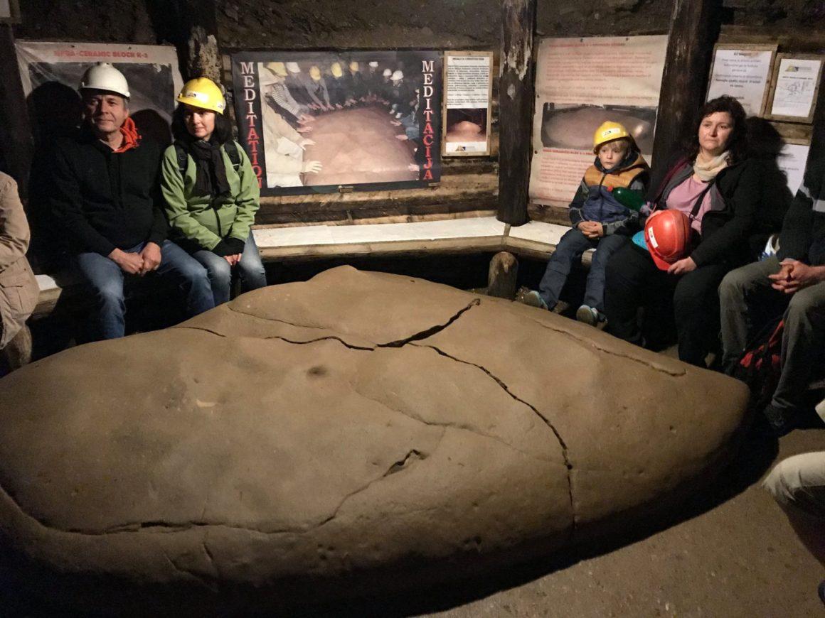 Megalit v tunelu Ravne
