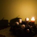 Začíná Advent, první svíce připomíná Naději